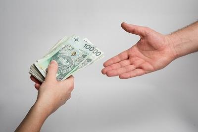 pożyczać pieniądze